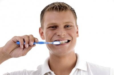 Olej kokosowy a mycie zębów