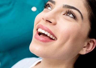 Proteza czy implanty – które rozwiązanie warto wybrać?