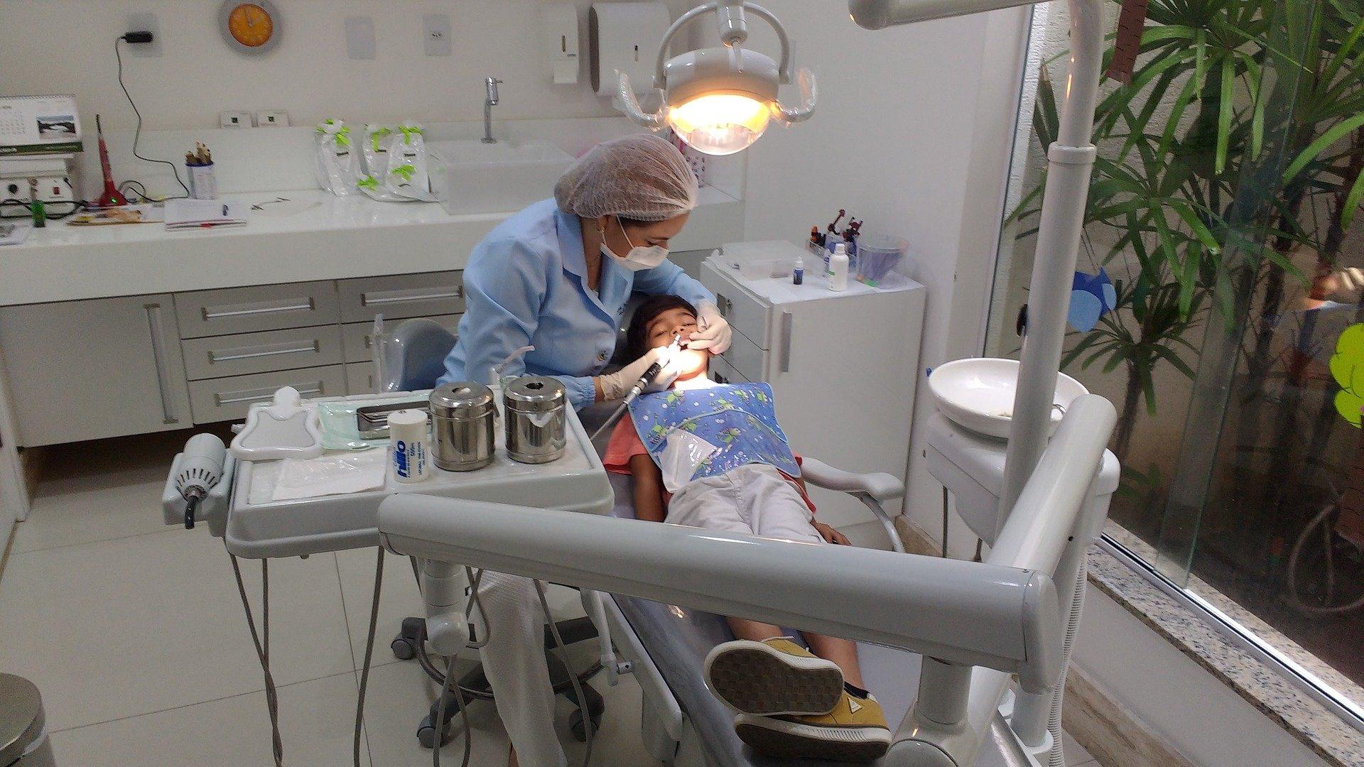 kiedy z dzieckiem do dentysty